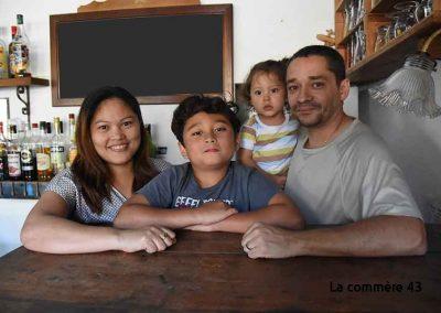 Yvan, Jocelyn Rocher, et les enfants à la table des 2 L